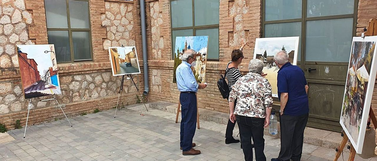 Vecinos de Foios observan las obras pintadas el pasado domingo.  | A. F.