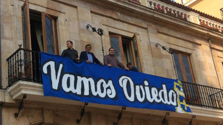 El Ayuntamiento se suma al apoyo al Oviedo con una pancarta