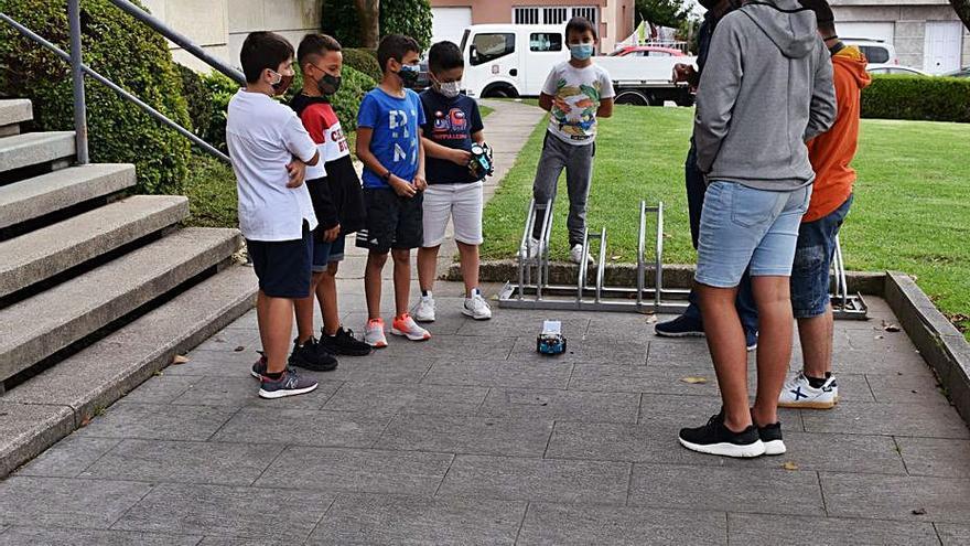 Más de 30 jóvenes de Moaña se forman en robótica con actividades al aire libre