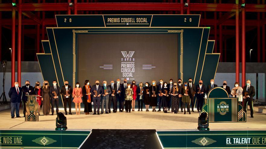 Todos los premiados  posan en el escenario  tras finalizar la gala.  pilar cortés