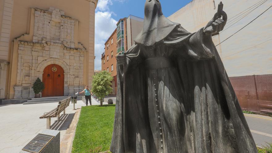 Cortan la vara con la cruz del monumento al Nazareno de Orihuela