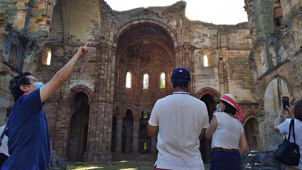Varios visitantes en el monasterio de Santa María de Moreruela. | Cedida