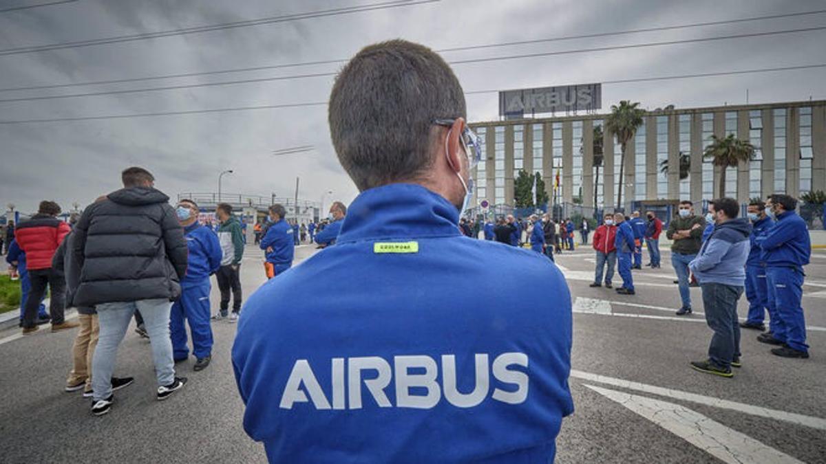 Trabajadores de Airbus Puerto Real concentrados ante la planta.