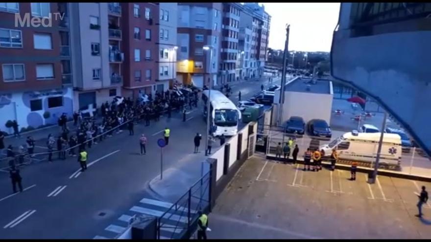 El recibimiento de la afición albinegra a su equipo antes del Castellón-Sabadell