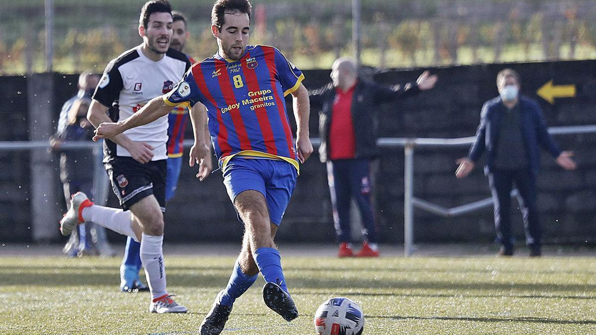 Javi, del Pontellas, golpea el balón durante el encuentro de ayer en San Campio. |  // JOSÉ LORES