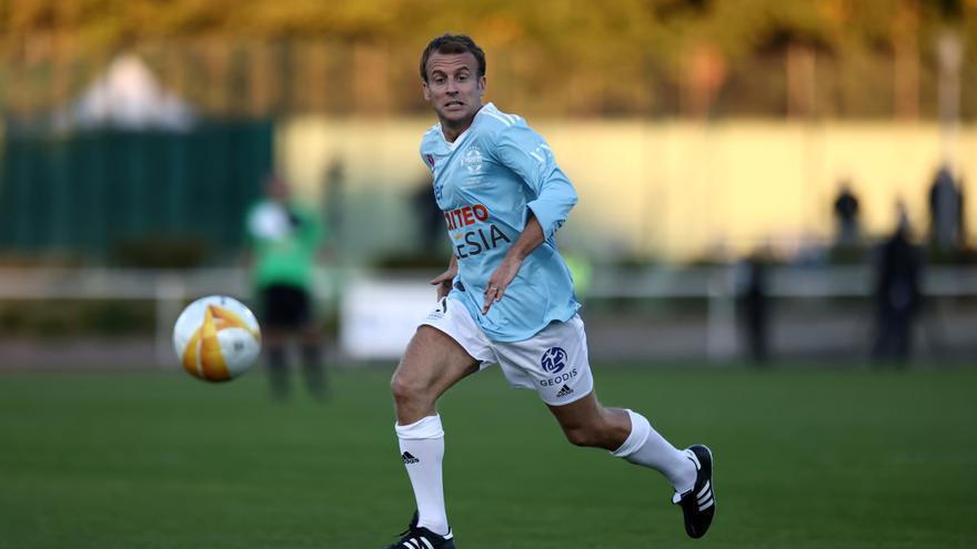 Macron anota un gol de penalti en un partido de fútbol benéfico