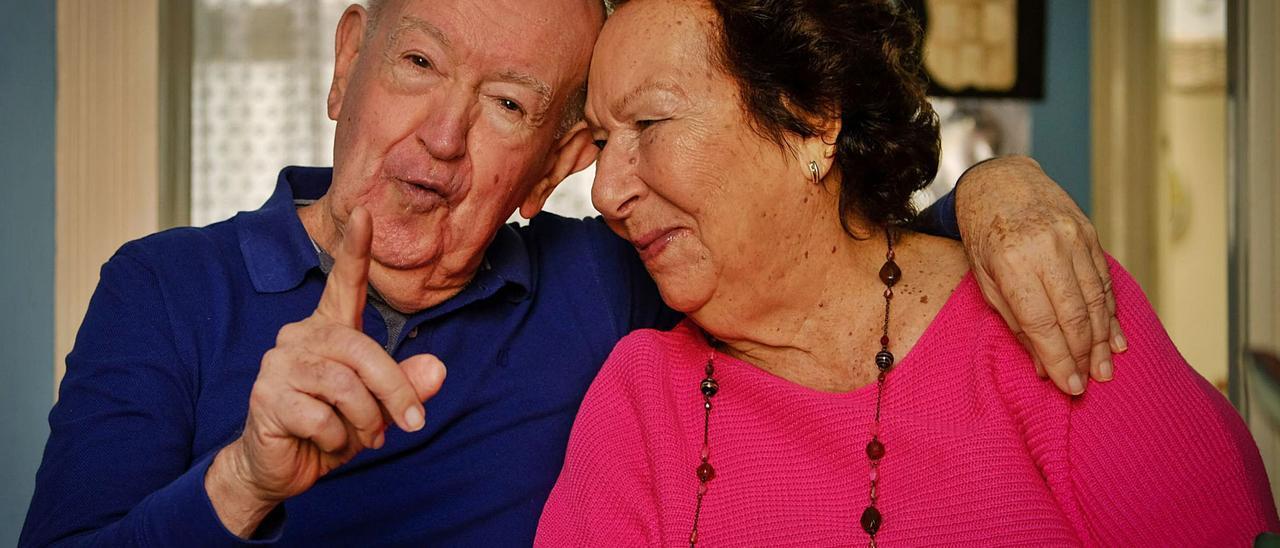 José Miguel Alfonso Perdomo y Marisol Camacho Merino en su casa del barrio capitalino de Arenales esta semana antes de celebrar su 60 aniversario.     JOSÉ CARLOS GUERRA