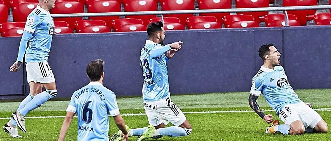 Hugo Mallo, Brais Méndez, Denis Suárez y Iago Aspas celebran el gol de capitán celeste al Athletic Club en San Mamés. |  // LOF