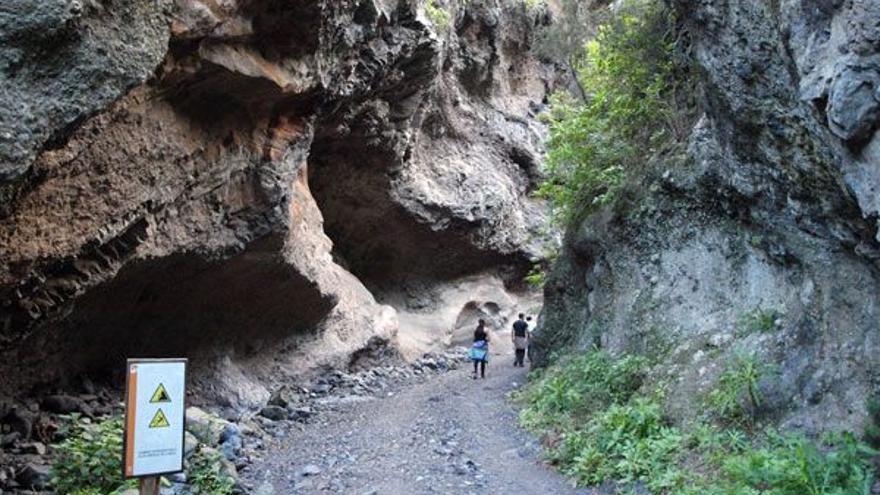 Una mujer herida tras sufrir una caída en un sendero de Güímar