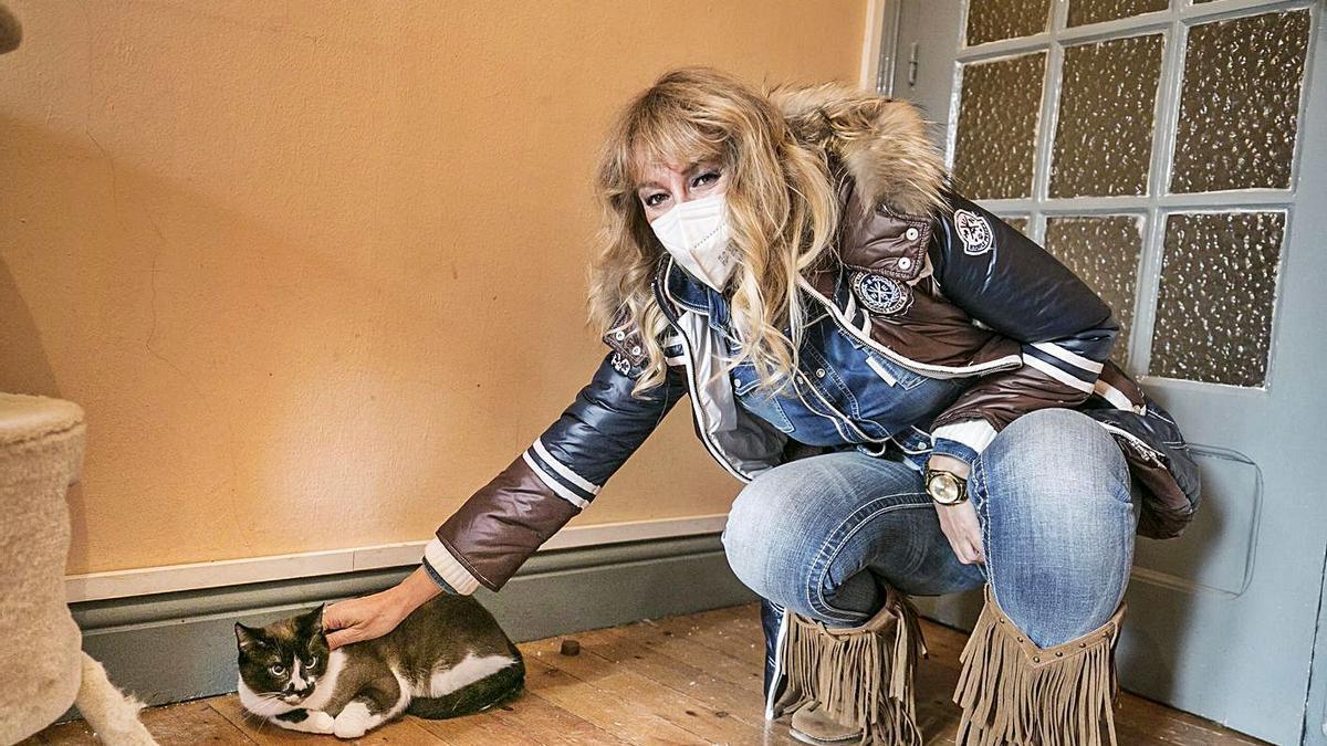 Sandra Suárez, en uno de los pisos para gatos de acogida, en Oviedo.   Irma Collín