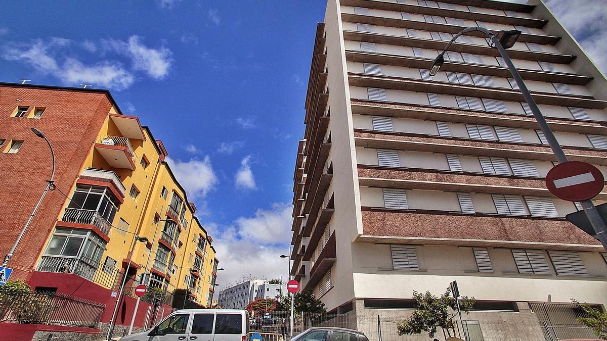 A la derecha, edificio de vivienda pública en la barriada de la Candelaria de Santa Cruz de Tenerife promovido por el Ayuntamiento.
