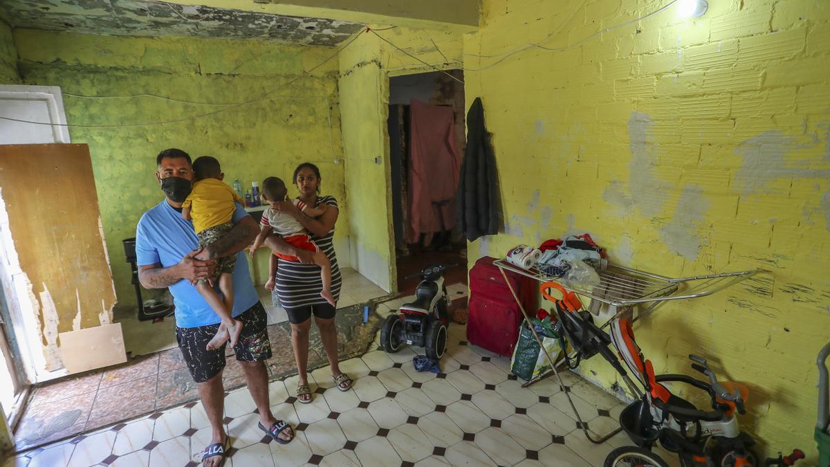 Epi y Amparo en el piso donde viven con sus hijos y que es su único techo