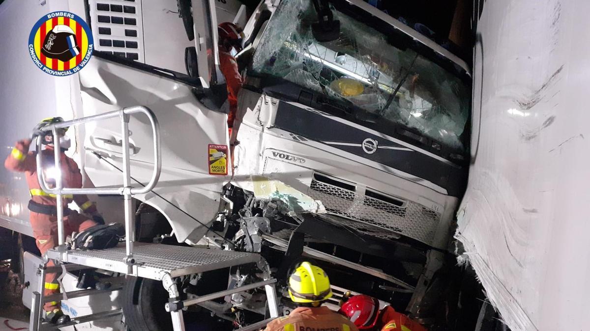Un herido grave tras una colisión de dos camiones en la A-7