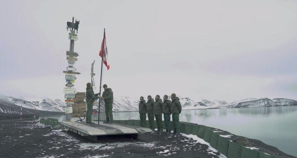 La bandera de Gijón ondea en la Antártida