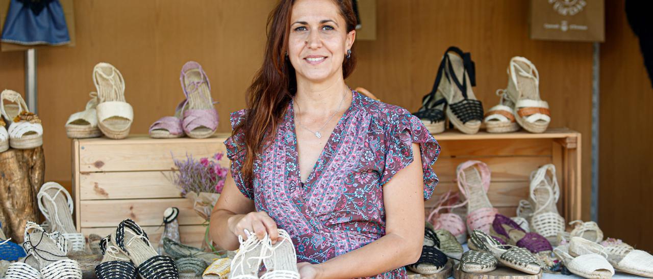 Patricia Montojo muestra un par de las 'espardenyes' elegidas por la Reina. Toni Escobar