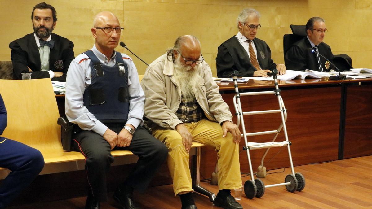 El violador reincident Antonio García Carbonell, acusat del crim de Cabanes -al centre de la imatg-e durant el judici a l'Audiència de Girona el 2017