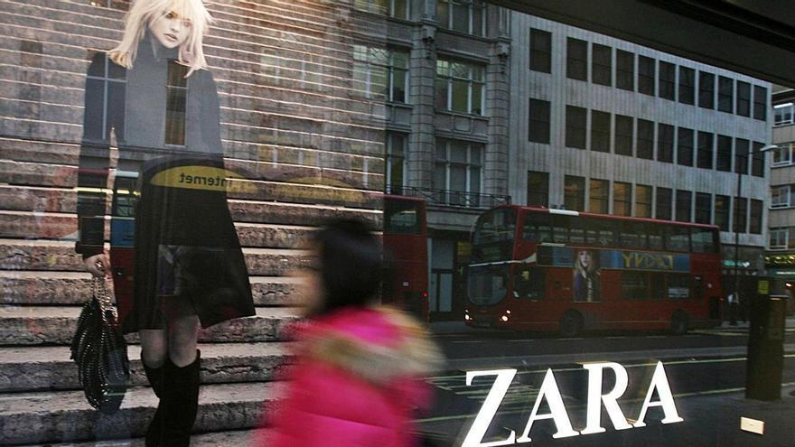 Tienda de Zara en Oxford Street, en Londres, cerrada por las restricciones contra el COVID. |  // ANDREW WINNING