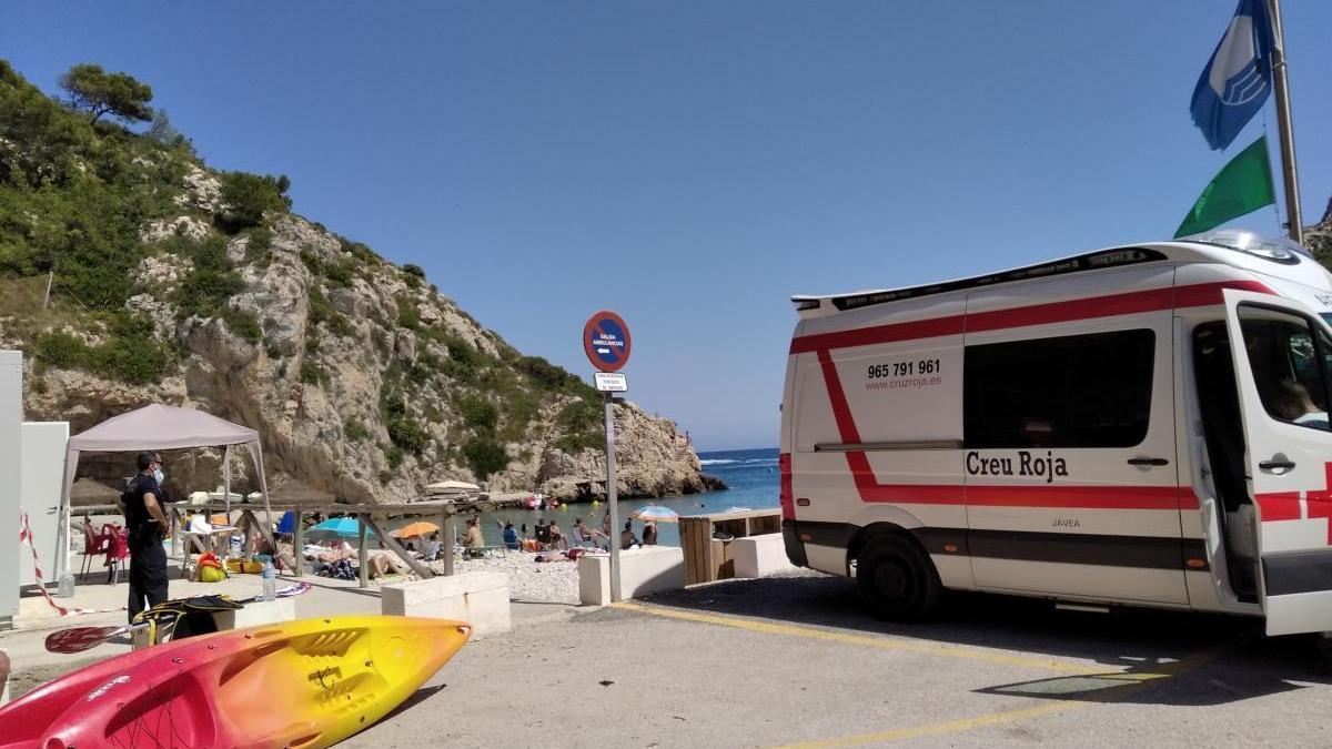 Rescatan a un bañista que ha sufrido un golpe en la cabeza en la Cova del Llop Marí de Xàbia