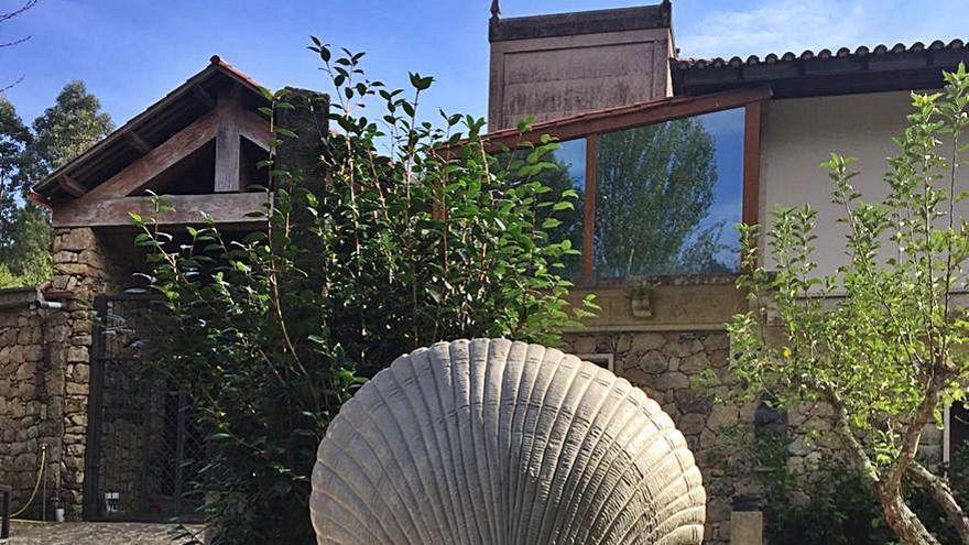 El escultor Cándido Pazos crea un berberecho en bronce para el Liceo Casino de Noia