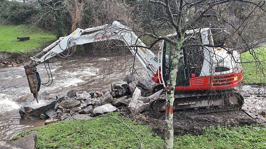 El Ayuntamiento elimina una obstrucción del río Bolaños junto al Ponte dos Brozos