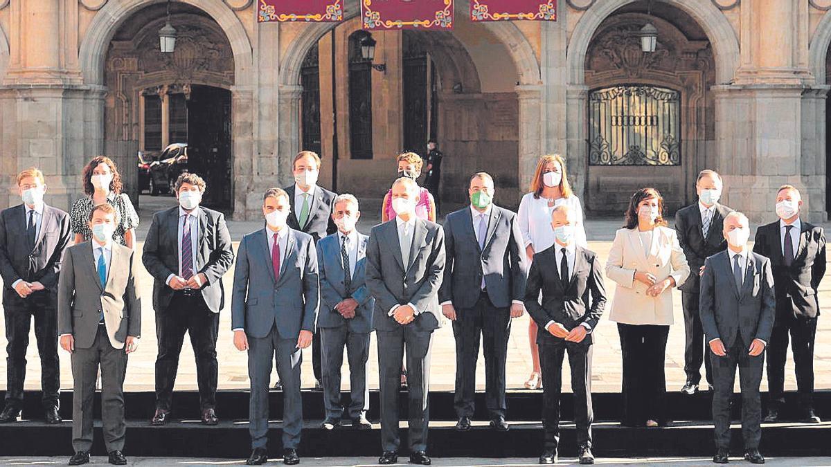 Foto de familia de los presidentes autonómicos junto a Pedro Sánchez y el Rey. // Efe