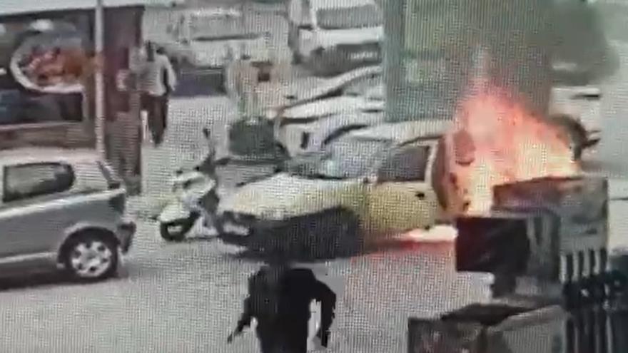 Se incendia un coche con dos ocupantes en una gasolinera de Canarias