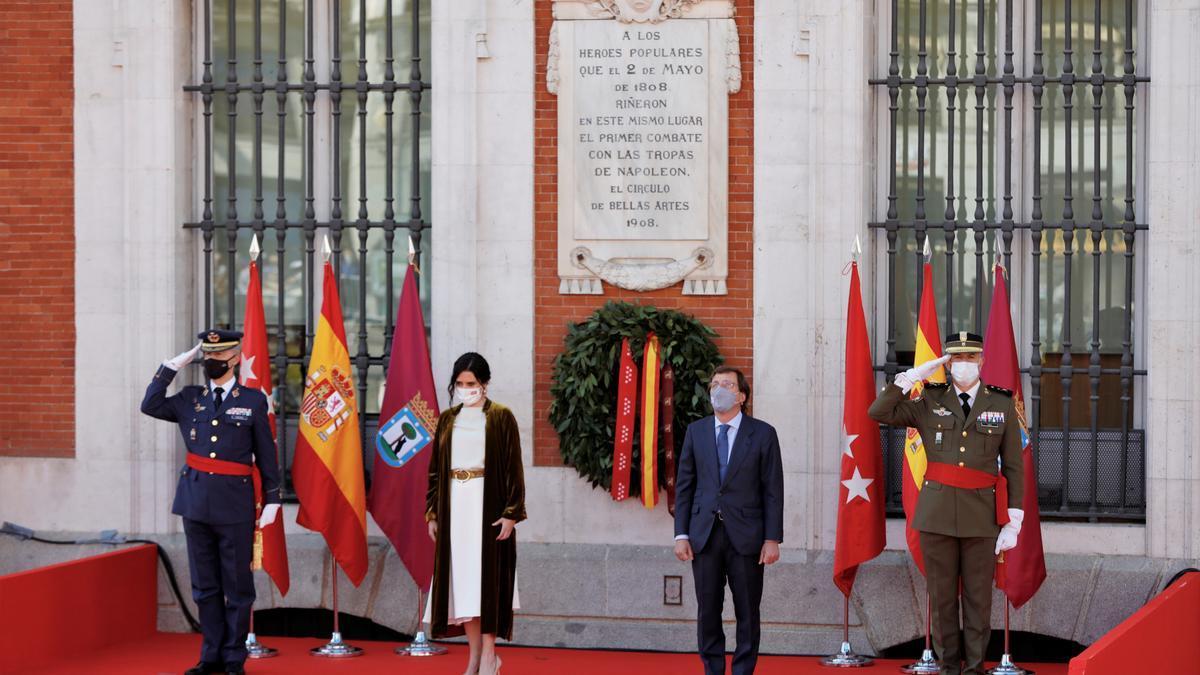 Isabel Díaz Ayuso y José Luis Martínez- Almeida en el acto por el 2 de Mayo.