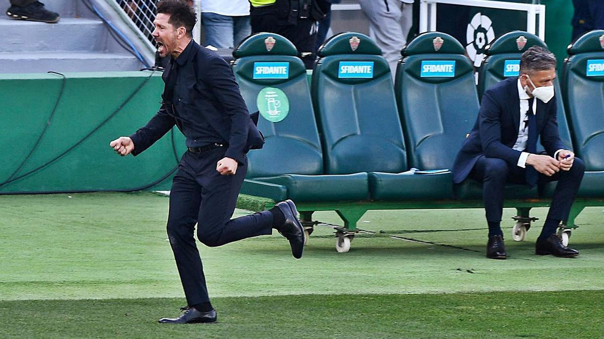 Simeone corre para celebrar la victoria del Atlético tras el pitido final. |  // EFE