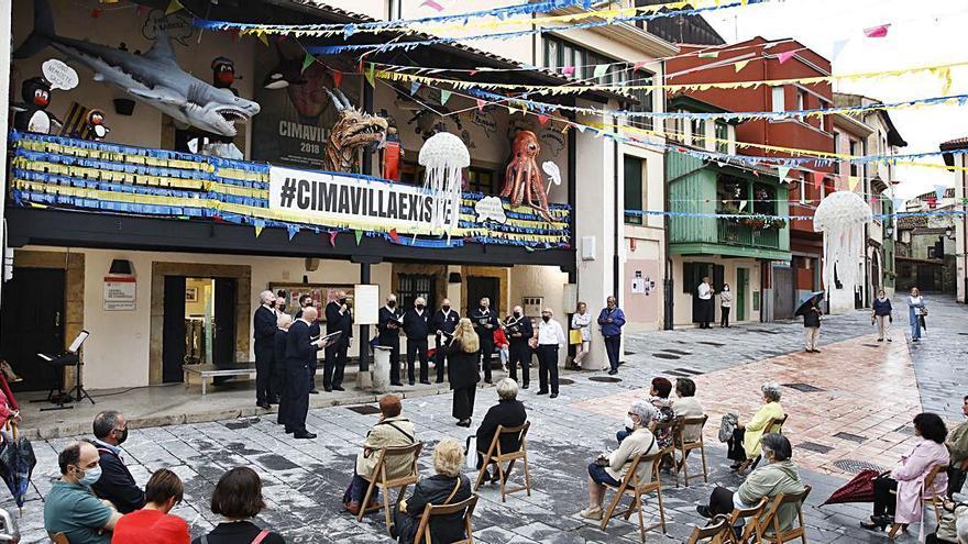 "El festival ""Al Resve"" se impone a la lluvia en Cimadevilla"