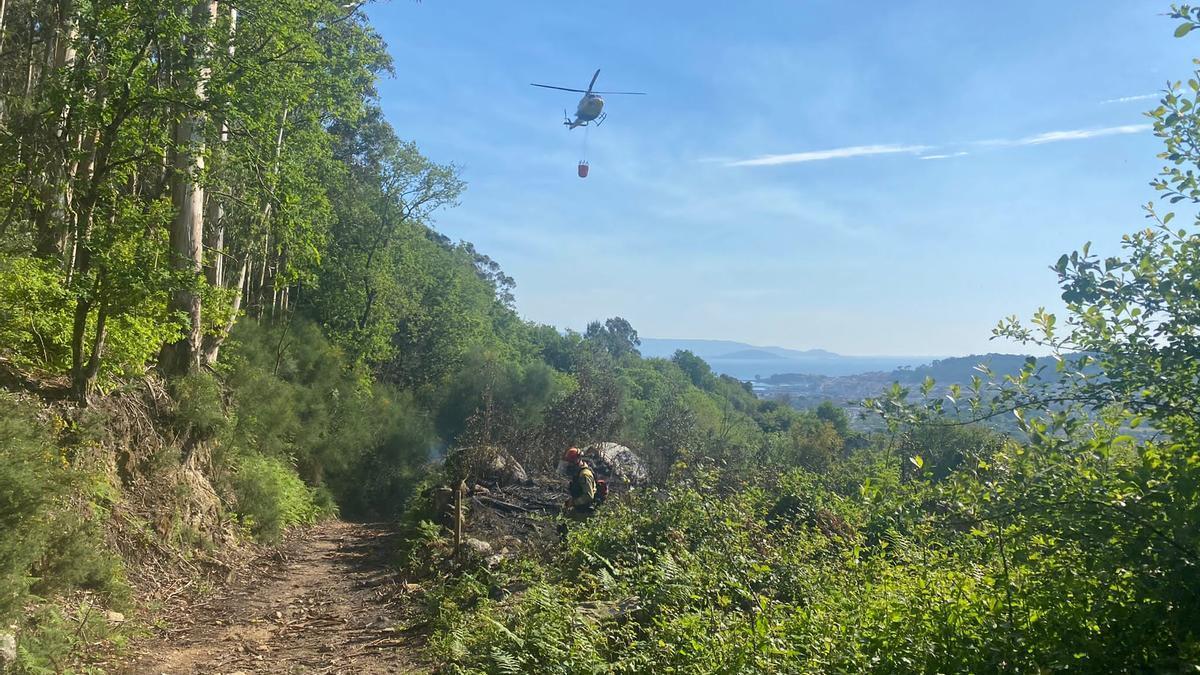 El helicóptero en las labores de extinción del incendio en Coiro.