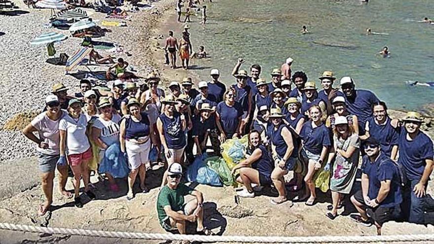 Colaboración de trabajadores en Cala Barques