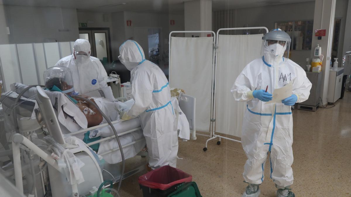 Imagen de archivo de la Unidad de Cuidados Intensivos (UCI) habilitada el pasado mes de noviembre en el Hospital General para enfermos de coronavirus.