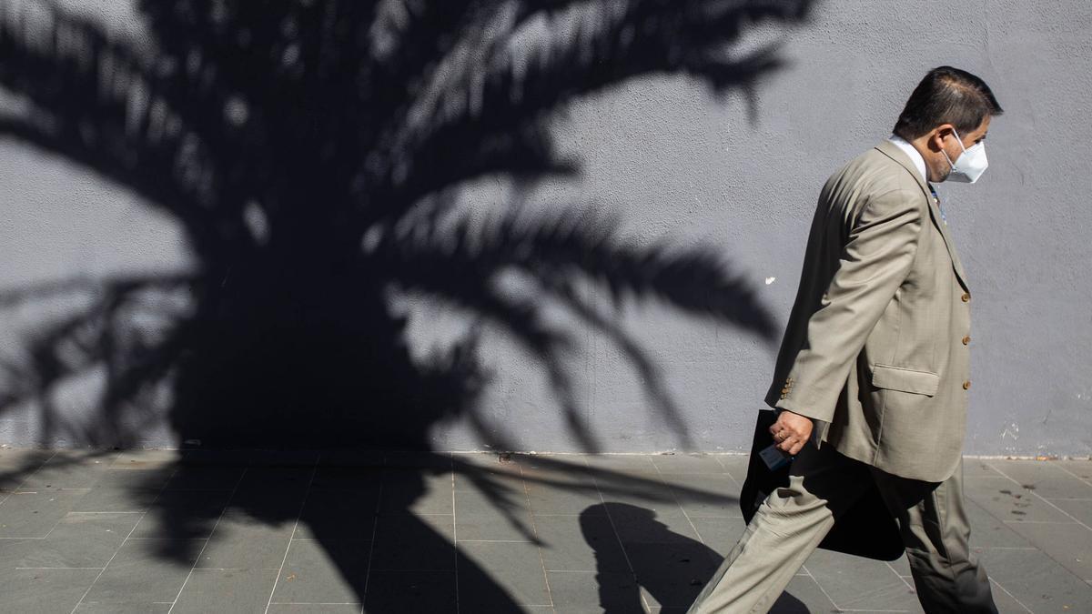 Imagen de archivo de un hombre paseando en Santa Cruz de Tenerife.