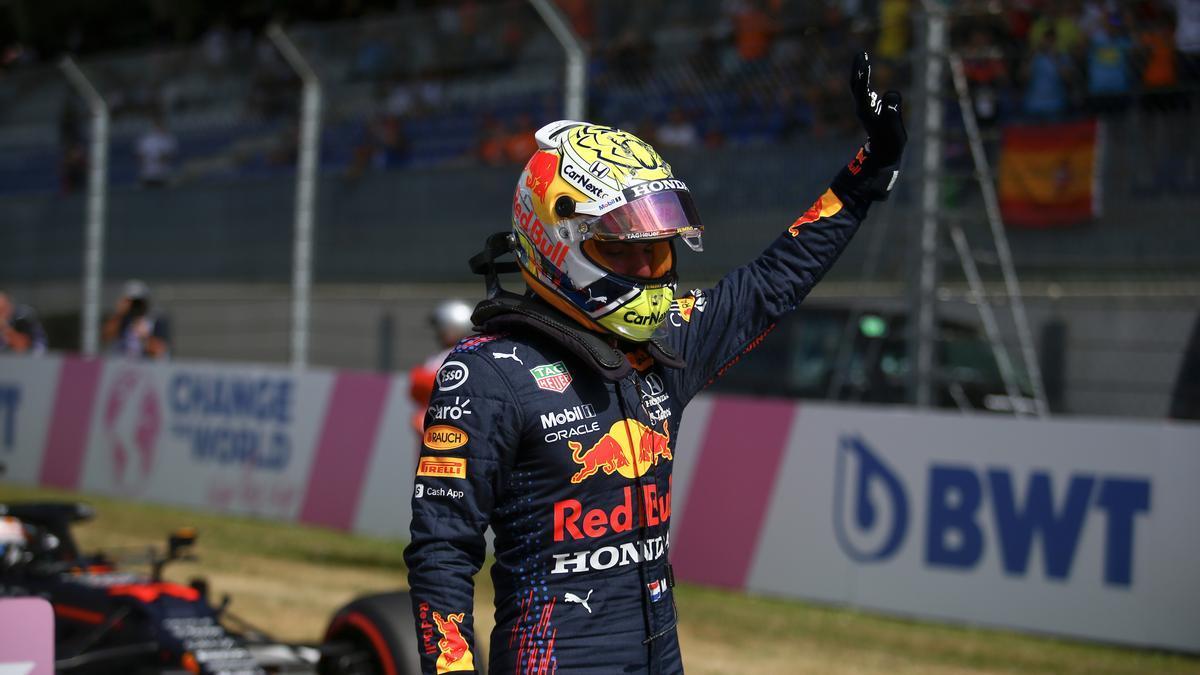 Max Verstappen saluda a la afición tras lograr la pole