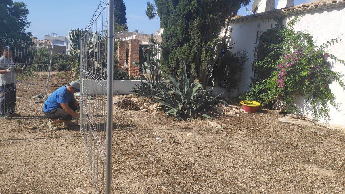 Imagen del vallado de la promotora para hacer viviendas junto a la casa de la finca Langostina