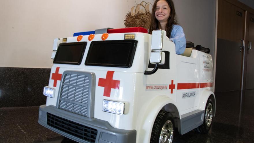 """Cruz Roja dona una """"mini ambulancia eléctrica"""" para que los niños se desplacen por el hospital de Dénia"""