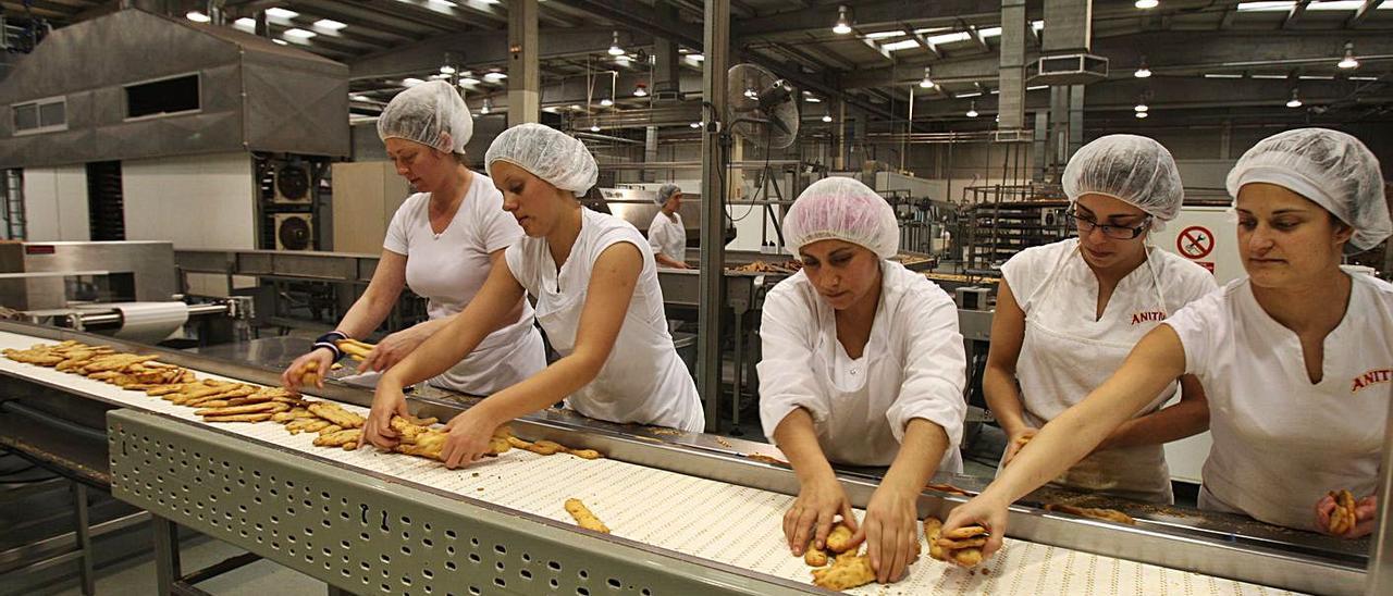 Imagen de la fabricación y envasado de las populares rosquilletas en la planta de Carlet. | LEVANTE-EMV
