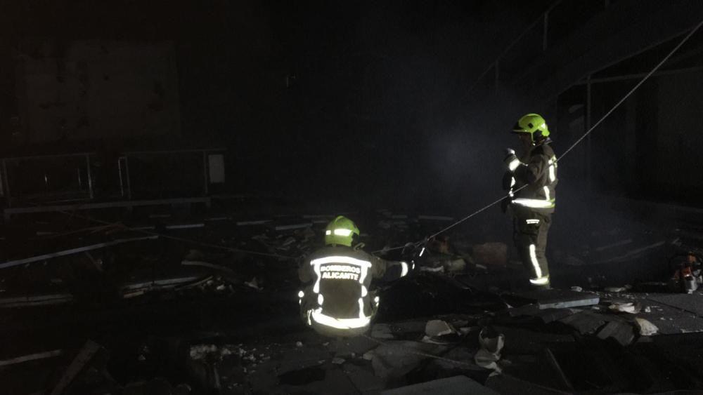 Los bomberos trabajando por la noche