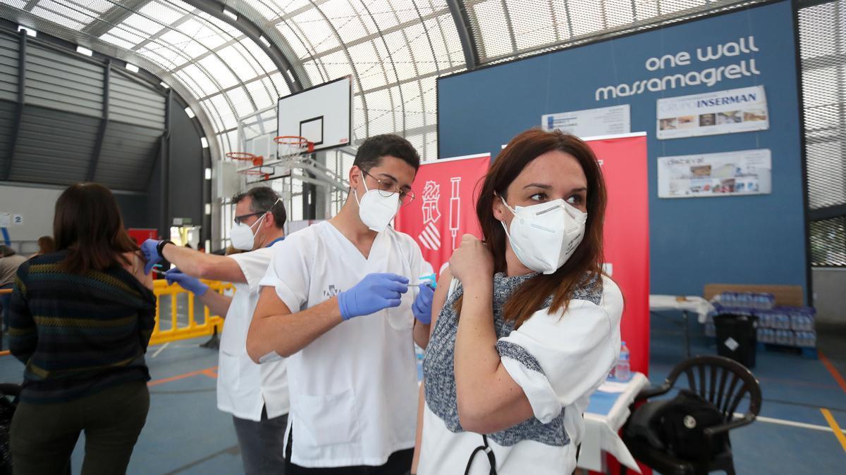 Sanitat comunica a los profesores que han pasado el coronavirus que ya no van a recibir la segunda dosis de la vacuna