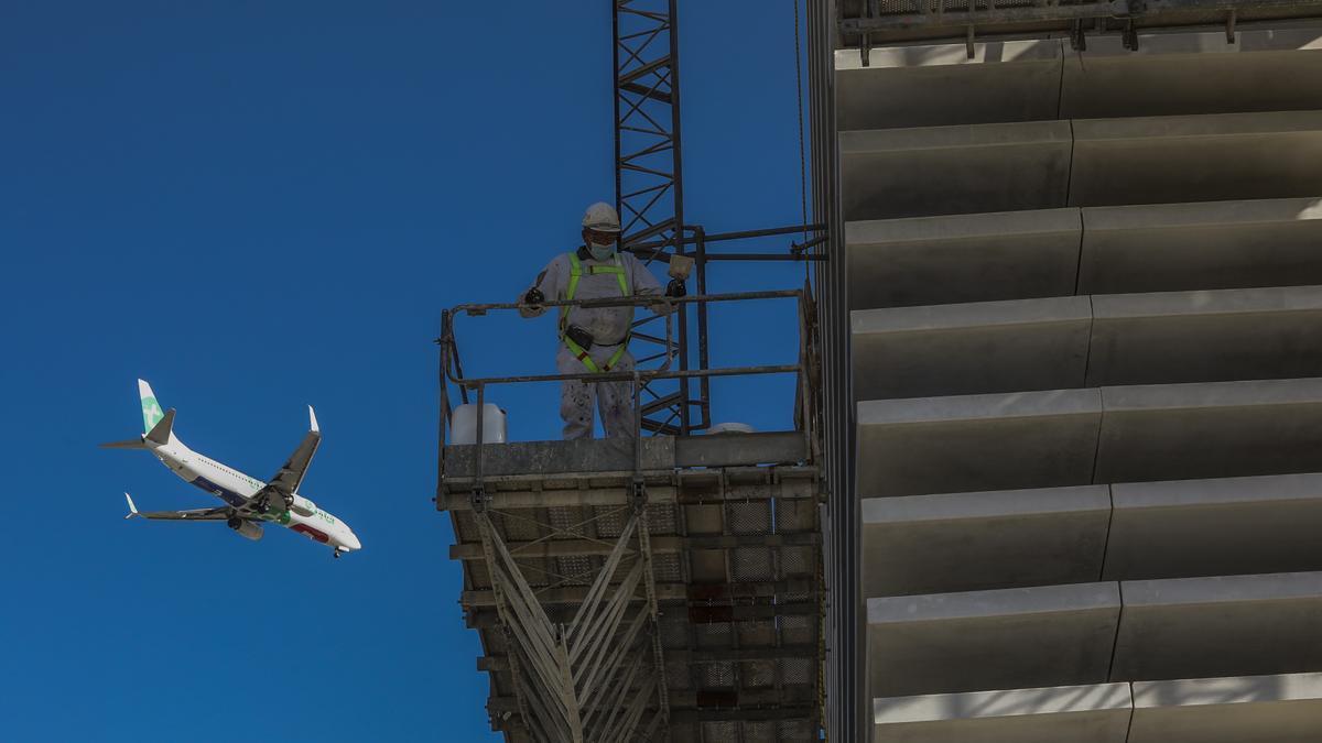 Un operario de la construcción en el forjado de un edificio de viviendas en obras