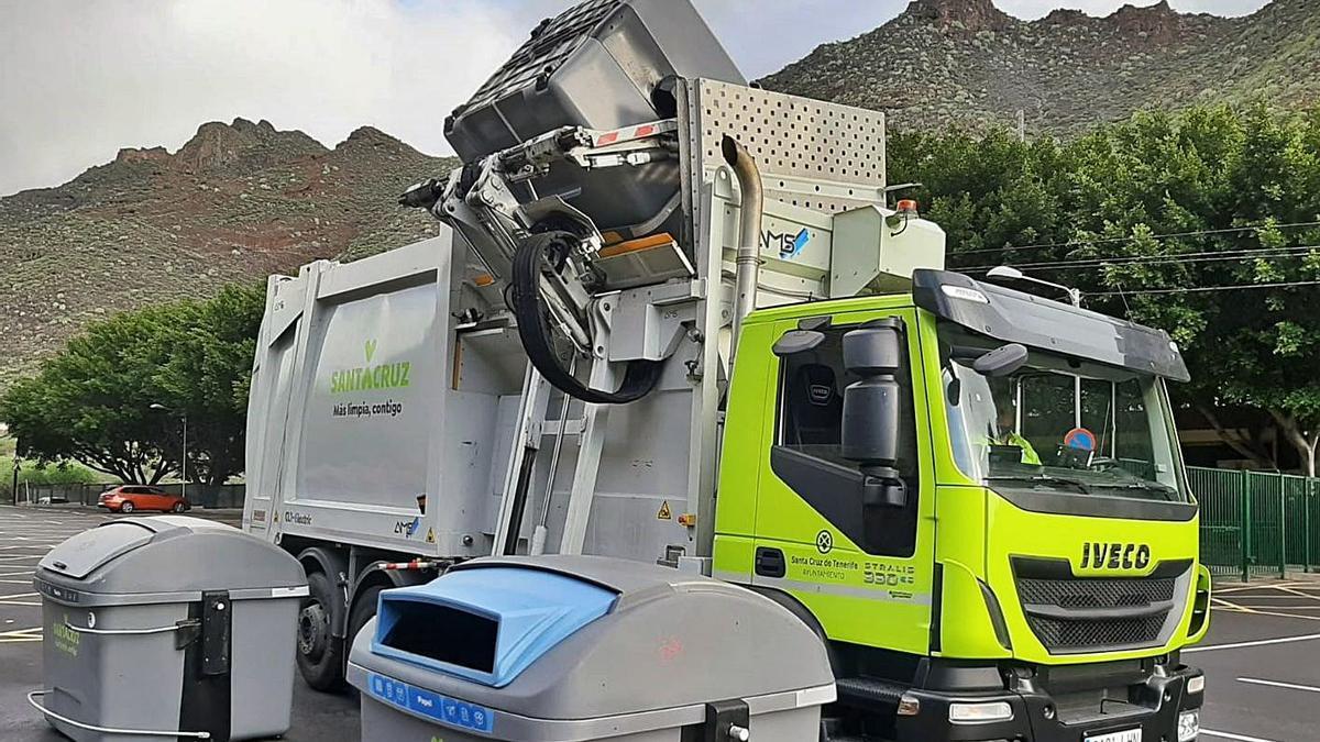 Trabajos de recogida de residuos en la capital tinerfeña.