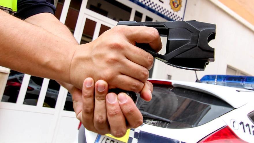 La Policía distribuye entre sus agentes 300 pistolas 'táser'
