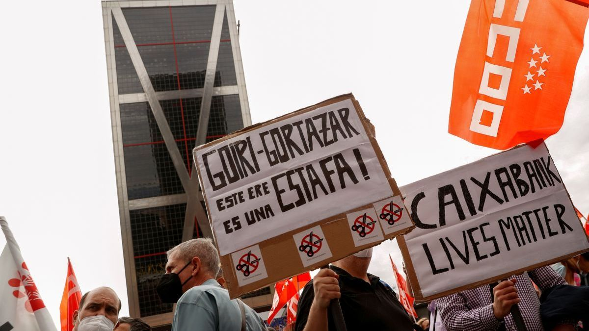Protesta de trabajadores de CaixaBank frente a la sede madrileña del banco.