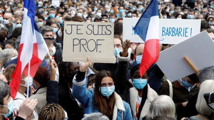 Miles de franceses marchan bajo el lema 'Je suis prof'