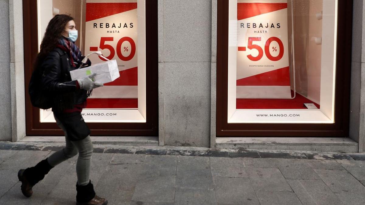 Un cartel anuncia rebajas en una tienda.