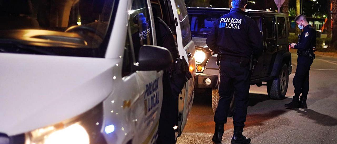 Control policial para vigilar el cumplimiento del toque de queda en Sant Antoni.