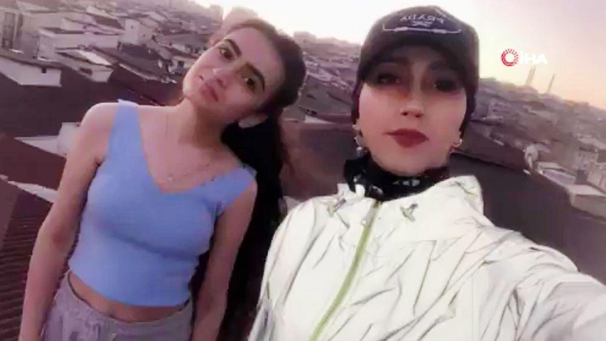 La tiktokera Kubra Dogan se hace un selfi con su prima Helen en la azotea donde perdió la vida.