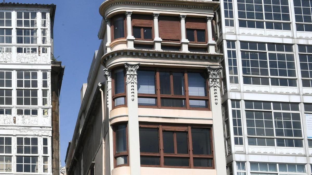 Edificio número 26 del Cantón Pequeño, en el centro de la imagen