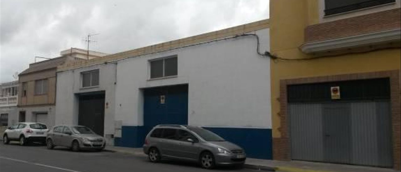 Almassora precinta uno de los tres talleres ilegales expedientados este año