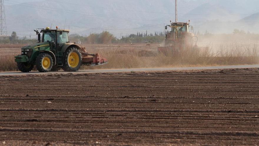 COAG y Fecoam ofrecen los tractores de los agricultores para fumigar